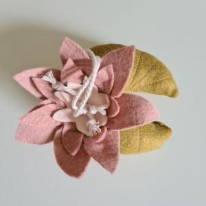 Handgefertigter, dreidimensionaler Girlandenanhänger ´Seerose` ROSA/Khaki, aus hochwertigen und natürlichen Materialien - Handarbeit kaufen