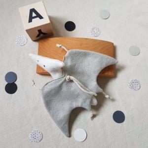 Handgefertigter, dreidimensionaler Girlanden- Anhänger ´Flugsaurier` Weiß/Hellgrau, aus nachhaltigen und natürlichen Materialien  - Handarbeit kaufen
