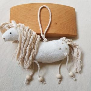 Handgefertigter, dreidimensionaler Girlanden- Anhänger ´Pony Toni` Weiß, aus hochwertigen und natürlichen Materialien - Handarbeit kaufen