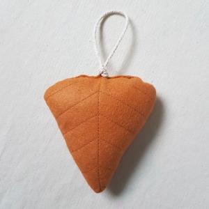 Handgefertigter Girlanden-Anhänger ´Blatt` Terracotta, aus hochwertigen und natürlichen Materialien  - Handarbeit kaufen