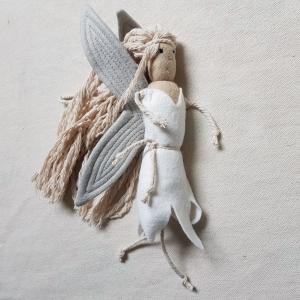 Handgefertigter, dreidimensionaler Girlanden- Anhänger ´Fee` Weiß/Grau, aus hochwertigen und natürlichen Materialien  - Handarbeit kaufen