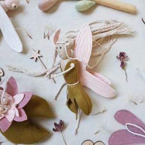 Handgefertigter, dreidimensionaler Girlanden- Anhänger ´Fee` Khaki/Rosa, aus hochwertigen und natürlichen Materialien   - Handarbeit kaufen
