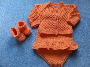Dreiteiliges Set bestehend aus Overall, Strickjacke und Babyschuhe