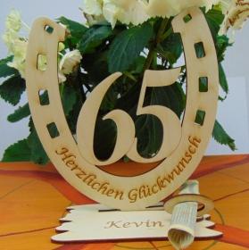 Personalisiertes Geschenk zum 65. Geburtstag, Hufeisen 15 cm aus Holz mit Geldscheinhalter und Gutscheinhalter - Handarbeit kaufen