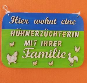 Spruch aus Holz ★ Hier wohnt eine Hühnerzüchterin...★ Geschenk für die Frauen, Geburtstagsgeschenk, Muttertagsgeschenk, Holzdekoration - Handarbeit kaufen