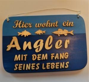 Spruch aus Holz ★ Hier wohnt ein Angler mit dem Fang seines Lebens ★ Geschenk für Angler, Geburtstagsgeschenk, Fischer- und Anglerfans   - Handarbeit kaufen