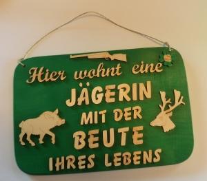 ♥ Hier wohnt eine Jägerin mit der Beute Ihres Lebens ♥ Spruch aus Holz ♥ Geschenk, Geburtstag, Jägerin - Handarbeit kaufen