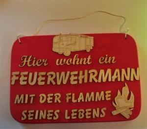 Spruch aus Holz ★ Hier wohnt ein Feuerwehrmann ... ★ Geschenk für jeden Feuerwehrmann, Geburtstag, Hobby, Leidenschaft - Handarbeit kaufen