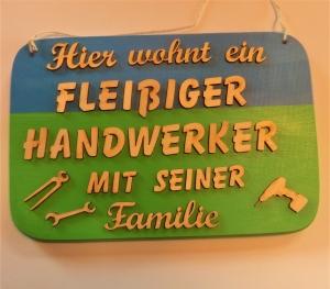 Spruch aus Holz ★ Hier wohnt ein fleißiger Handwerker... ★ Geschenk für jeden Handwerker, Werkstatt, Männer, Geburtstag - Handarbeit kaufen