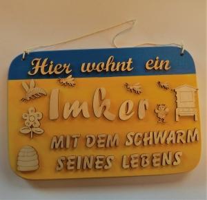 Spruch aus Holz ★ Hier wohnt ein Imker mit dem Schwarm seines Lebens ★ Geschenk für jeden Imker, Geburtstag - Handarbeit kaufen