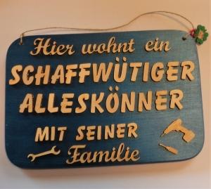 Spruch aus Holz ★ Hier wohnt ein schaffwütiger Alleskönner... ★ Geschenk für jeden Handwerker - Handarbeit kaufen