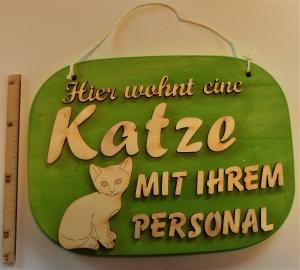 Spruch aus Holz ,★ Hier wohnt eine Katze mit ihrem Personal.★ Geschenk zum Geburtstag für Katzenliebhaber  - Handarbeit kaufen