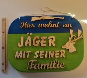 Spruch aus Holz ★ Hier wohnt ein Jäger mit seiner Familie ★ Geschenk zum Geburtstag für Jäger - Handarbeit kaufen