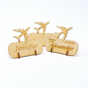 Tischkarte mit Düsen Flugzeug, Platzkarte Namensschild für Festtafel aus Holz, für echte Piloten - Handarbeit kaufen