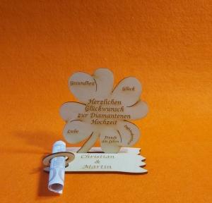Kleeblatt Geldgeschenk ♥ zur Diamanten Hochzeit ♥ Naturholz 11,7 cm Personalisiert mit gravierten Namen des Brautpaares - Handarbeit kaufen