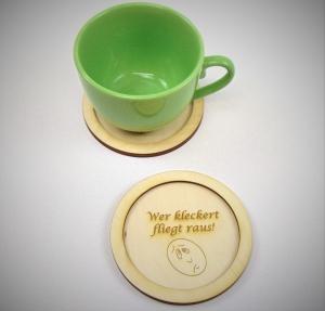 Naturholz gravierter Untersetzer ★Wer kleckert fliegt raus! ★ 11 cm, Geschenk für Mitarbeiter Untersetzer für Tassen, Personalisiert - Handarbeit kaufen