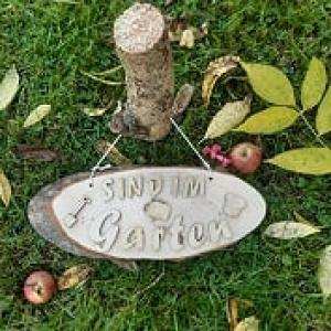 Baumscheibe Spruchschild ★ Sind im Garten ★ Türschild/ Wanddekoration kaufen oder verschenken  - Handarbeit kaufen