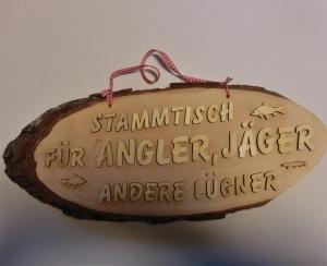Baumscheibe Spruchschild ★ Stammtisch für Angler, Jäger und andere Lügner ★ Türschild/ Wanddekoration kaufen oder verschenken  - Handarbeit kaufen