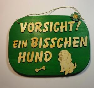 Spruch aus Holz in grün ★ Vorsicht! Ein bisschen Hund ★ Türschild, Wanddeko, Haustürschild schenken - Handarbeit kaufen