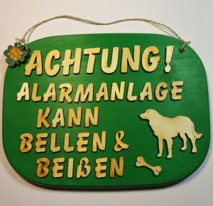 Spruch aus Holz in grün ★ Achtung! Alarmanlage kann bellen & beißen ★ Türschild, Wanddeko, Haustürschild schenken  - Handarbeit kaufen