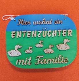 Spruch aus Holz in blau, grün ★ Hier wohnt ein Entenzüchter mit Familie ★ Türschild, Wanddeko, Haustürschild schenken     - Handarbeit kaufen