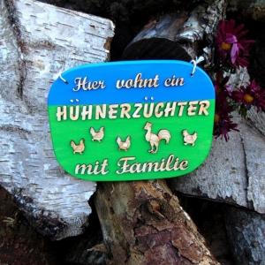 Spruch aus Holz in blau, grün ★ Hier wohnt ein Hühnerzüchter mit seiner Familie ★ Türschild, Wanddeko, Haustürschild schenken     - Handarbeit kaufen