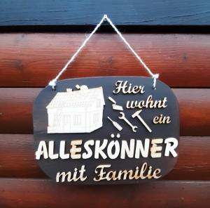 Türschild aus Holz in blau ★ Hier wohnt ein Alleskönner mit Familie ★ Türschild, Wanddeko, Haustürschild schenken     - Handarbeit kaufen