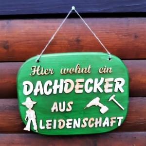 Türschild aus Holz in grün ★ Hier wohnt ein Dachdecker aus Leidenschaft★ Türschild, Wanddeko, Haustürschild schenken  - Handarbeit kaufen