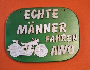 Türschild aus Holz in grün ★ Echte Männer fahren AWO ★ Türschild, Wanddeko, Haustürschild schenken - Handarbeit kaufen