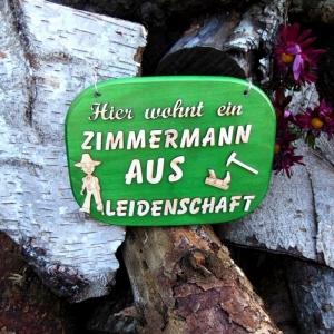 Türschild aus Holz in grün ★ Hier wohnt ein Zimmermann aus Leidenschaft ★ Türschild, Wanddeko, Haustürschild schenken - Handarbeit kaufen
