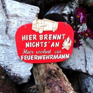 Spruch aus Holz in rot ★ Hier brennt nichts an hier wohnt ein Feuerwehrmann ★ Türschild, Wanddeko, Haustürschild schenken  - Handarbeit kaufen