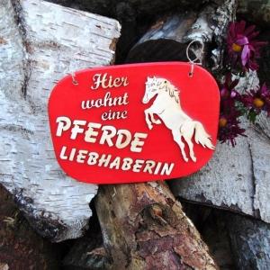 Türschild aus Holz in rot ★ Hier wohnt eine Pferdeliebhaberin ★ Türschild, Wanddeko, Haustürschild schenken     - Handarbeit kaufen
