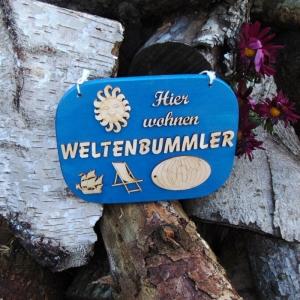Türschild aus Holz in blau ★ Hier wohnen Weltenbummler ★ Türschild, Wanddeko, Haustürschild schenken - Handarbeit kaufen