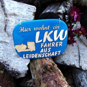 Türschild aus Holz in blau ★ Hier wohnt ein LKW Fahrer aus Leidenschaft ★ Türschild, Wanddeko, Haustürschild schenken  - Handarbeit kaufen