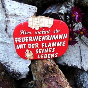 Türschild Holz ★ Hier wohnt ein Feuerwehrmann mit der Flamme seines Lebens ★ Türschild, Wanddeko, Geschenk Feuerwehrmann - Handarbeit kaufen