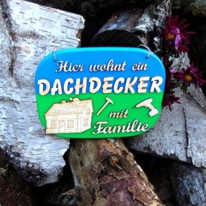 Türschild aus Holz in Blau grün ★ Hier wohnt ein Dachdecker mit Familie★ Türschild, Wanddeko, Haustürschild schenken  - Handarbeit kaufen