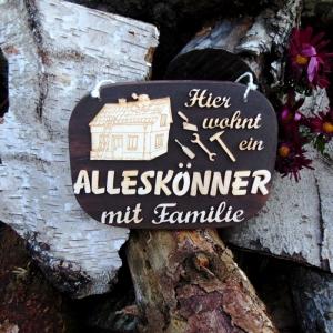 Türschild aus Holz in braun ★ Hier wohnt ein Alleskönner mit Familie  ★ Türschild, Wanddeko, Haustürschild schenken     - Handarbeit kaufen