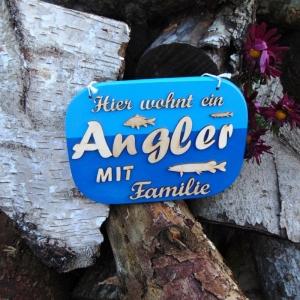 Türschild aus Holz in blau ★ Hier wohnt ein Angler mit Familie ★ Türschild, Wanddeko, Haustürschild schenken - Handarbeit kaufen