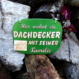 Türschild aus Holz in grün ★ Hier wohnt ein Dachdecker mit seiner Familie ★ Türschild, Wanddeko, Haustürschild schenken     - Handarbeit kaufen