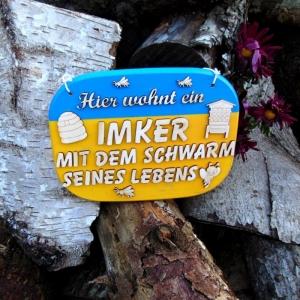 Türschild aus Holz in blau, gelb ★ Hier wohnt ein Imker mit dem Scharm seines Lebens ★ Türschild, Wanddeko, Haustürschild schenken  - Handarbeit kaufen