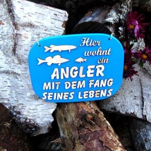 Türschild aus Holz in blau ★ Hier wohnt ein Angler mit dem Fang seines Lebens ★ Türschild, Wanddeko, Haustürschild schenken  - Handarbeit kaufen
