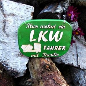 Türschild aus Holz in grün ★ Hier wohnt ein LKW Fahrer mit Familie ★ Türschild, Wanddeko, Haustürschild schenken     - Handarbeit kaufen