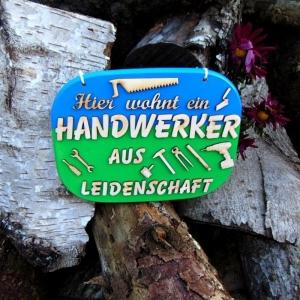 Türschild aus Holz in blau, grün ★ Hier wohnt ein Handwerker aus Leidenschaft ★ Türschild, Wanddeko, Haustürschild schenken     - Handarbeit kaufen