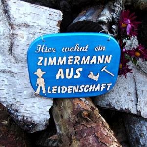 Türschild aus Holz in blau ★ Hier wohnt ein Zimmermann aus Leidenschaft ★ Türschild, Wanddeko, Haustürschild schenken     - Handarbeit kaufen
