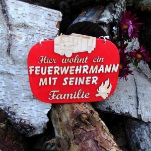 Türschild aus Holz in rot ★ Hier wohnt ein Feuerwehrmann mit seiner Familie ★Türschild, Wanddeko, Haustürschild schenken     - Handarbeit kaufen