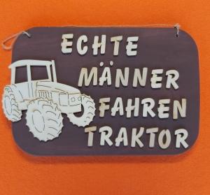 Spruch aus Holz in braun ★ Echte Männer fahren Traktor ★  Türschild, Wanddeko, Haustürschild schenken  - Handarbeit kaufen