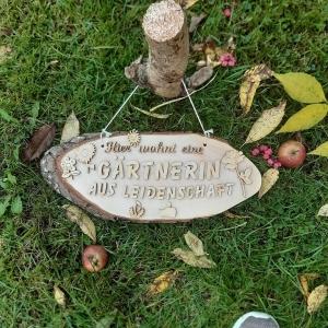 Baumscheibe Spruchschild aus Holz ★ Hier wohnt eine Gärtnerin aus Leidenschaft ★ Türschild/ Wanddekoration kaufen oder verschenken  - Handarbeit kaufen