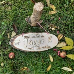 Baumscheibe mit Spruch ★ Hier wohnt ein Jäger mit Familie ★ Türschild/Wanddekoration kaufen oder verschenken   - Handarbeit kaufen
