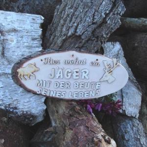 Baumscheibe mit Spruch ★ Hier wohnt ein Jäger mit der Beute seines Lebens ★ Türschild/Wanddekoration kaufen oder verschenken  - Handarbeit kaufen