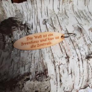 Schlüsselanhänger  ♥Die Welt ist ein Irrenhaus... ♥ aus Holz  zum Verschenken  - Handarbeit kaufen